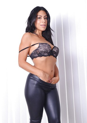 Latina babe Cassandra Cruz freeing MILF ass and pussy from leather pants