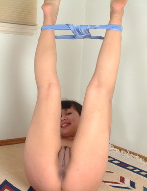 Leggy Asian amateur Mellissa showing off her flexibility in the nude