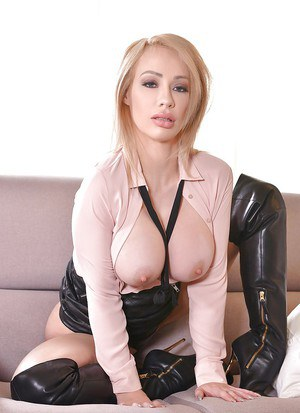 Blonde solo model Chessie Kay baring nice melons before masturbating