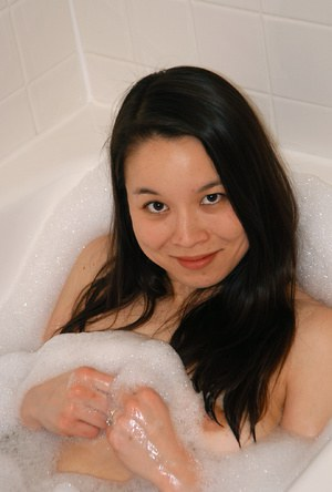 Wet Asian amateur Ronnie displaying her tiny tits in bathtub