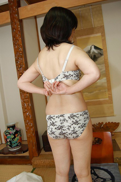 Fatty mature lassie takes off her sport outfit and exposes her hairy twat № 48503 без смс