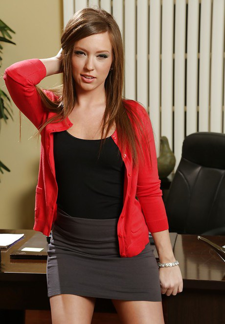 Steamy office fox with smoky eyes gets rid of her dress clothes and lingerie № 801752 бесплатно