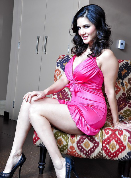 Sexy MILF Sunny Leone slips out of tight dress in order to masturbate № 79259  скачать