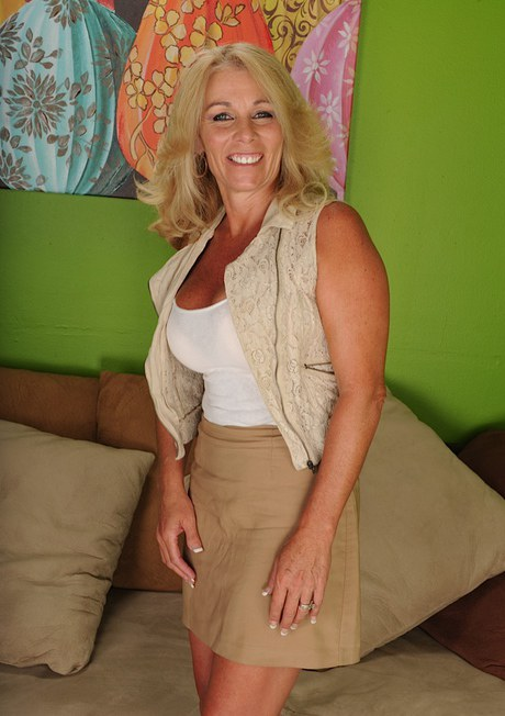 Busty blonde MILF Corinna Blake expose her toned and fit mature body  425162