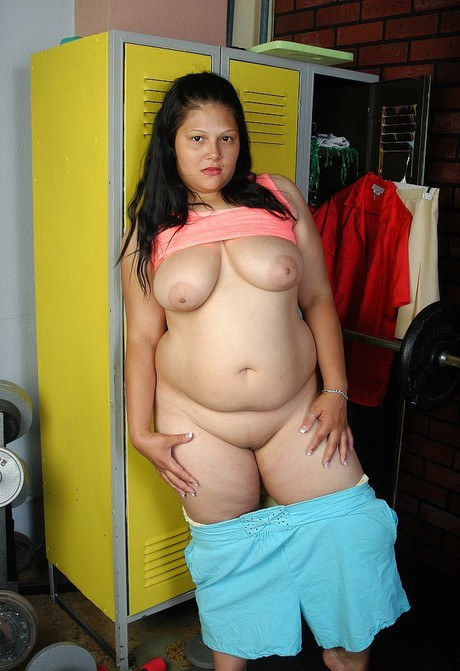 Obese matured dark-haired Nancy dilating her shaven trench in a locker room