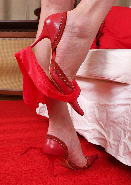 Buxom older lady removes dress and high heels while undressing № 417783 бесплатно