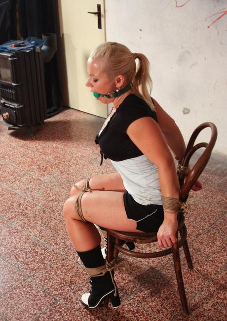 Dense blond babe Veronica challenges opposing ropes with testicle gag in piehole