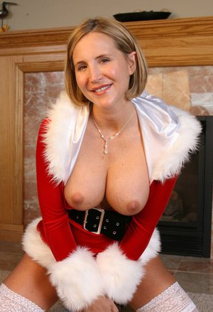 Deisrae Spencer brings out her delicious butt and tits from sexy Christmas costume