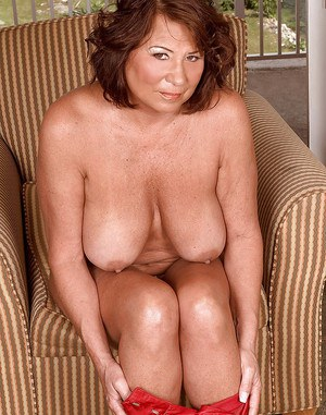 Mature bbw with big tits and shaved cunt Suzie Wood stripping and spreading