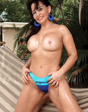 Bootylicious latina Valery Lopez stripping from bikini at the pool