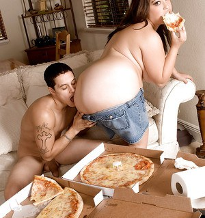 Raunchy bbw in shorts Lola Lush eating pizza whila nailing her snatch on a cock