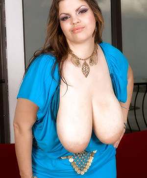 Suga Squirtz does some masturbating and spreading in fat tits dildo action.
