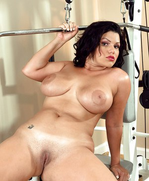 Fat brunette chick Angelina Castro spreads after a training.