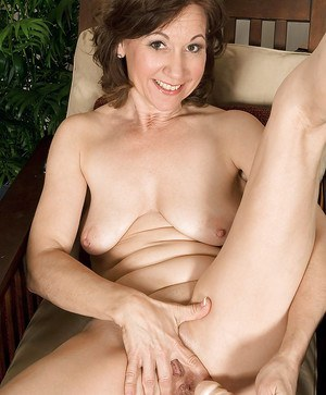 Elle Denay is a hot mature slut who loves a good rubbing.