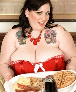 Tattooed fatty Glory Foxx recieves breakfast in her bed along with a pulsing cock