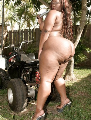 Black bbw babe Mz Booty flashing her enormous ass in the back yard