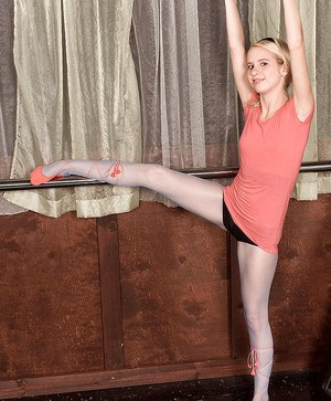 Flexy teen girl Sara Peters working out in pantyhose and naked