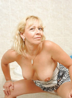 Fat mom Sara Lynn stripping from her dress and toying tight snatch in the bath
