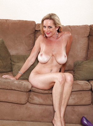 Busty mature in jeans Cassy Torri puts her stunning assets on display