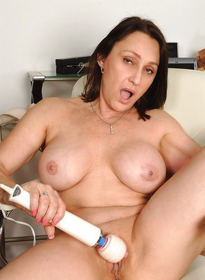 Brunette MILF Killian Foxxx goes nude and hammers her clit with a vibrator
