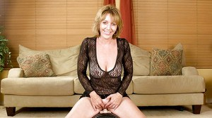 Busty mom Samantha Stone testing pleasure machine with her shaved slit