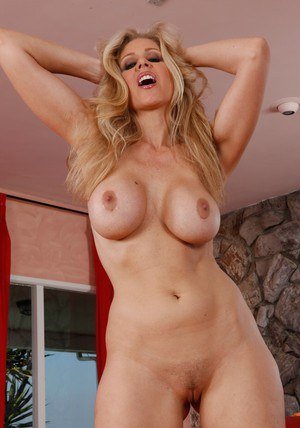 Ripe babe Julie Ann lets you scrutinize her body of a real milf