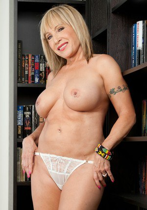 Latina mature mom Luna Azul spreading pink pussy lips in the library