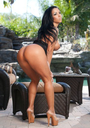 Unforgettable outdoor solo show from Latin milf Mercedes Ashley