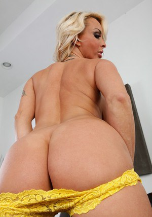 Stunning MILF Holly Halston brings out big boobs and fingering butt