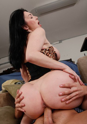 Brunette MILF deepthroating a huge cock and takes it in her pussy