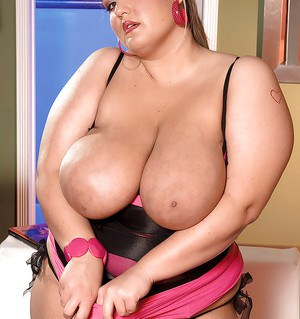 Busty BBW hottie Kandi Kobain brings out massive tits from her nighty