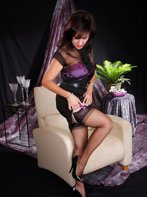 Mature Roni strips from stockings and underwear and shows cummy feet
