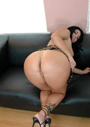 Curvaceous latina Olivia O'Lovely exposing round butt and shaved slit