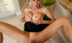 Mature wife with fabulous curves Emma Starr fucks on the chair