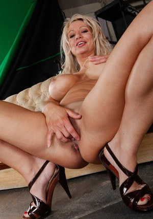 Busty MILF Isabelle Rossa posing in high heels and spreading cunt