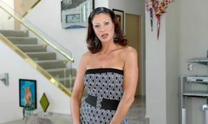 Sexy mom Vanessa Videl denudes round tits and spreading heated cunt