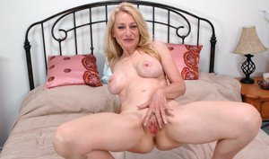 Mature mom Robin Pachino fondles comely tits and spreads cooter