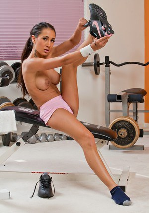 Sexy sports babe Amia Miley exposing exquisite butt in the gym