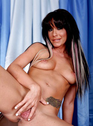 Gorgeous milf Randi Wright with melons enjoys her shaved pussy