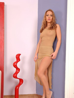Glamorous babe Tereza Fox in pantyhose is into foot fetish
