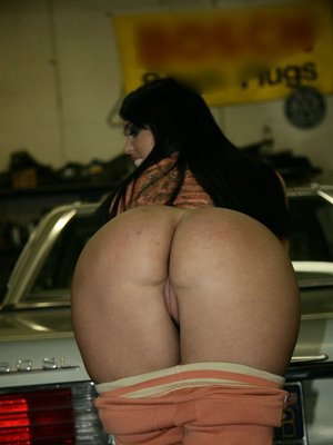 MILF with a big ass Olivia Olovely doesn't mind to show it in public