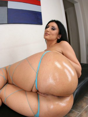 Latina MILF Luscious Lopez boasting of her big sexy ass