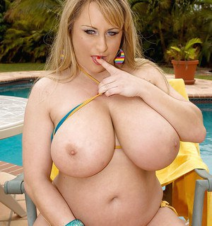 Fatty MILF babe Dixie Devereaux exposes her huge hooters outdoor