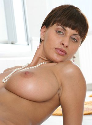 MILF babe with big tits Veronika exposes her pussy in the shower