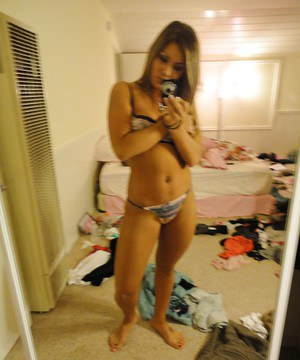 Amateur Bella Beyle strips to make some homemade shots in lingerie