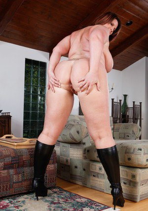 Fatty MILF babe Lisa Sparxxx pose on high heels and fingers her cunt