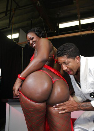 Ebony babe Aryana Starr shows her huge butt and has hardcore sex