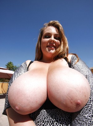 Fatty babe Hillary Hooterz shows her peachy body and boobs outdoor