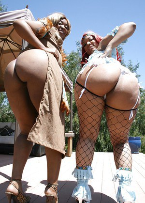 Ebony babe Vanilla Red shows her ass in stockings with her fiend