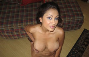 Amateur Indian girlfriend Priya takes care of her huge boobs